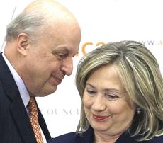John Negroponte con Hillary Clinton