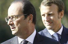 Emmanuel Macron alle spalle di François Hollande