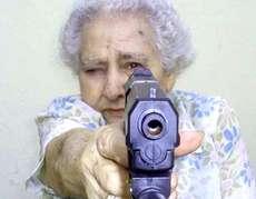 Anziana con la pistola