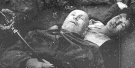 Il corpo di Mussolini con lo scettro, accanto alla Petacci