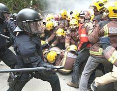 Barcellona, la Guardia Civil manganella i pompieri