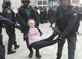 Barcellona, un'anziana brutalizzata dalla polizia
