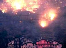 Val Susa, il fuoco minaccia le case