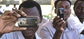 Migranti con smartphone