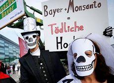 Germania, proteste contro la fusione tra Bayer e Monsanto