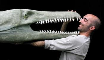 Andrea Cau con un dinosauro