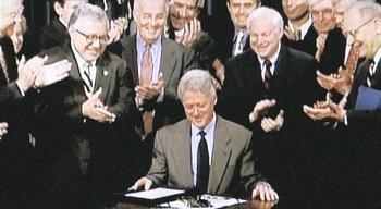 Blill Clinton firma la revoca del Glass-Steagall Act il 12 novembre 1999