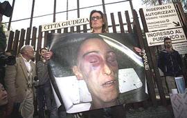 Ilaria Cucchi con la foto del cadavere del fratello Stefano