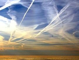 Cielo velato dalle scie rilasciate dagli aerei