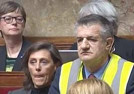 Jean Lassalle in Parlamento con il gilet giallo