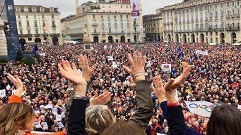 Folla oceanica in piazza Castello