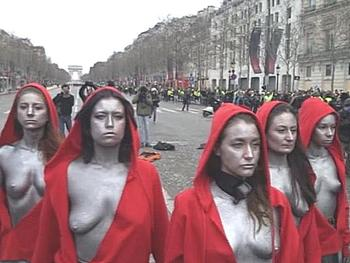 Le Marianne sfilate a seno nudo a Parigi