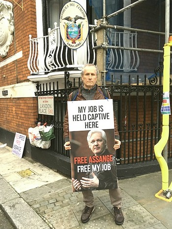 Paolo Barnard davanti all'ambasciata ecuadoregna di Londra