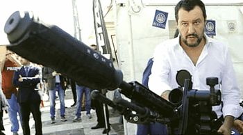 Salvini in Israele impugna una mitragliatrice