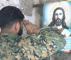 Un combattente di Hezbollah e l'immagine di Cristo