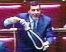 Il leghista Luca Leoni Orsenigo in aula con il cappio nel 1993