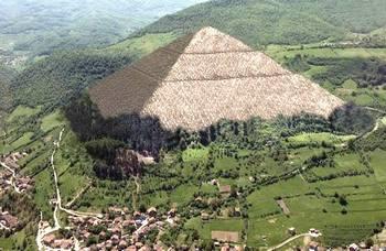 """La Piramide del Sole che sovrasta Visoko (""""denudata"""" al computer)"""