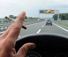 Vietato fumare mentre si guida