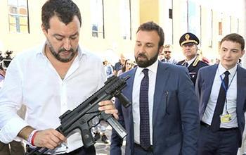 Salvini con un mitra