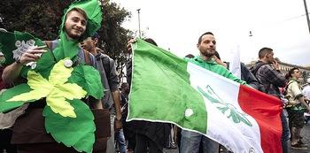 Marcia della marijuana contro Salvini a Roma