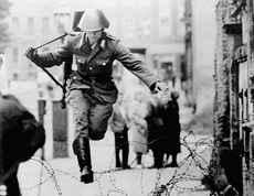Foto storica, un Vopos evade da Berlino Est