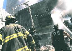 Pompieri in azione sotto leTwin Towers