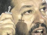 Salvini brandisce il crocifisso