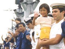 Marinai del Vittorio Veneto con i naufraghi vietnamiti