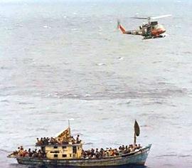 Un elicottero della marina italiana sopra un'imbarcazione alla deriva