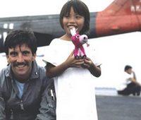 Una bambina vietnamita con un elicotterista