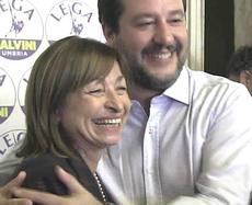 L'abbraccio tra Salvini e Donatella Tesei