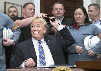 Trump alla Casa Bianca con un gruppo di operai