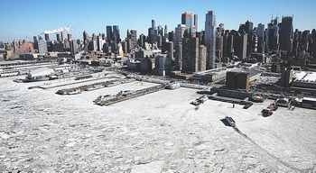 Il fiume Hudson ghiacciato davanti a Manhattan il 20 febbraio 2015