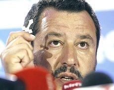 Salvini agita il crocifisso