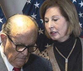 Sidney Powell con Rudolph Giuliani