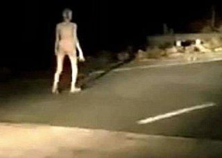"""Presunto """"alieno"""" filmato da motociclisti in India, maggio 2021"""